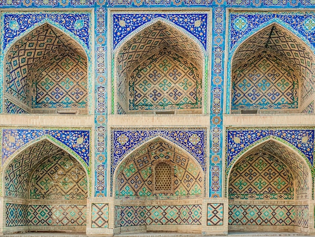 Tradycyjny uzbecki wzór na płytce ceramicznej na ścianie meczetu,