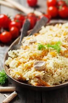 Tradycyjny uzbek pliaw z marchewką i cebulą
