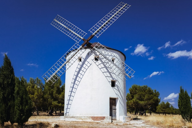Tradycyjny wiatrak z la manchy w hiszpanii, bohater słynnej powieści don kichot.