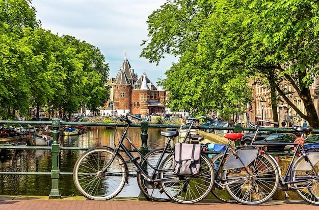 Tradycyjny widok na amsterdam z rowerami i kanałami