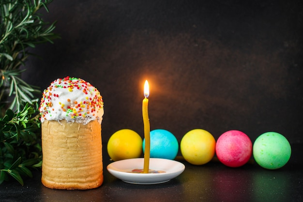 Tradycyjny wielkanocny tort z pisankami i świeczką