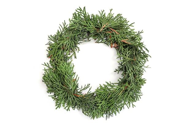 Tradycyjny wieniec bożonarodzeniowy na białym tle