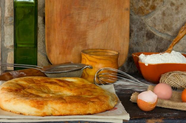 Tradycyjny włoski chleb, focaccia, rozbite jajko z żółtkiem. styl rustykalny.