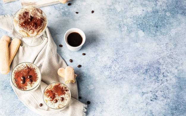 Tradycyjny włoski deser tiramisu porcja deserowa o smaku kawy