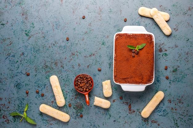 Tradycyjny włoski deser tiramisu w talerzu ceramicznym, widok z góry.