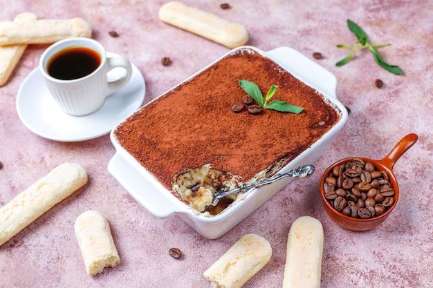 Tradycyjny włoski deserowy tiramisu w ceramicznym talerzu