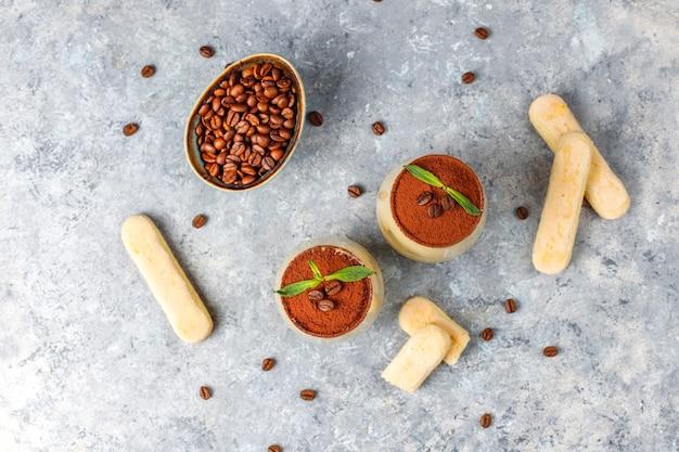 Tradycyjny włoski deserowy tiramisu w szkłach, odgórny widok.