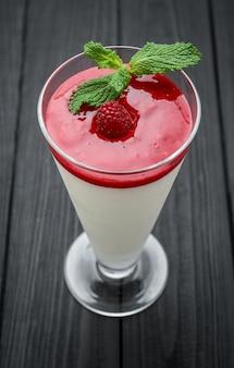 Tradycyjny włoski deserowy waniliowy truskawkowy panny cotta ze świeżymi jagodami