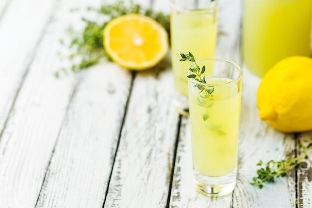 Tradycyjny włoski likier cytrynowy limoncello i świeża cytrusowa cytryna. napój alkoholowy.