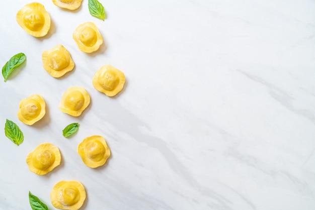 Tradycyjny włoski makaron ravioli. włoski styl jedzenia