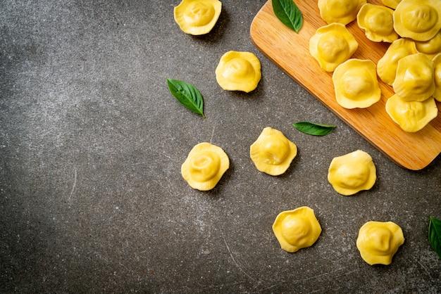 Tradycyjny włoski makaron ravioli