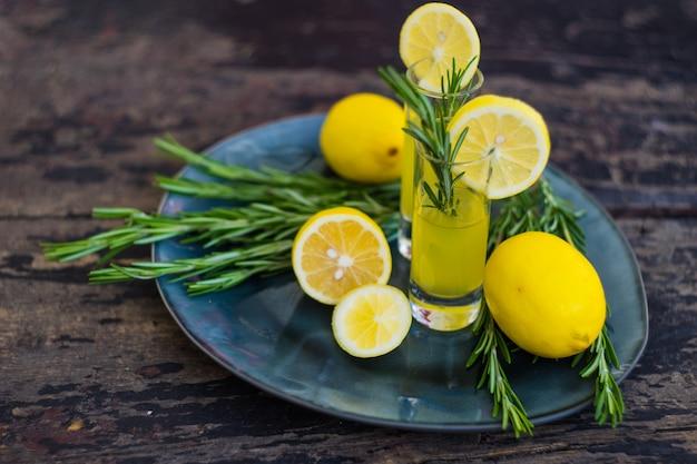 Tradycyjny włoski napój alkoholowy limoncello