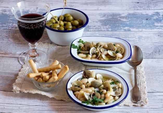 Tradycyjny włoski obiad przy lampce wina i owoców morza