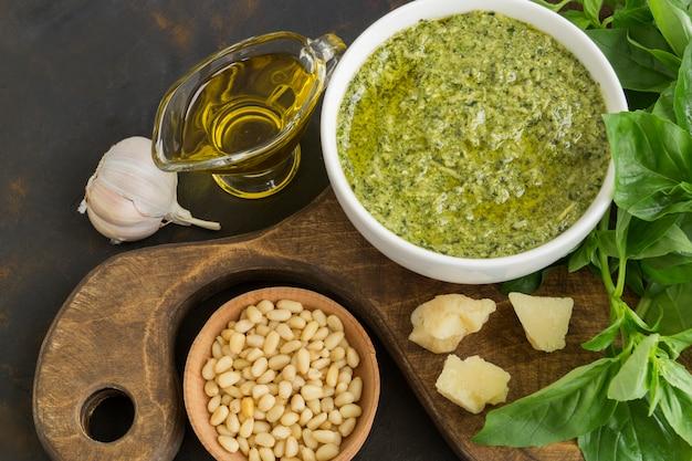 Tradycyjny włoski sos pesto na ciemno