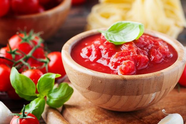Tradycyjny włoski sos z pomidorami i bazylią