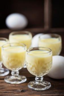 Tradycyjny włoski trunek vov z jajkami