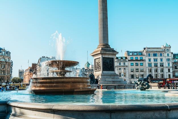 Trafalgar square w centrum londynu.