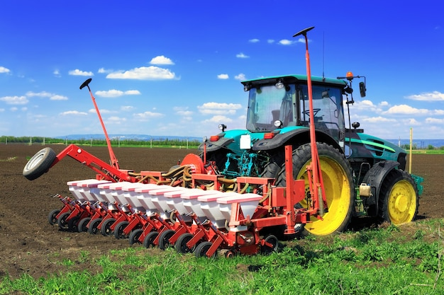 Traktor orze pola wczesną wiosną.