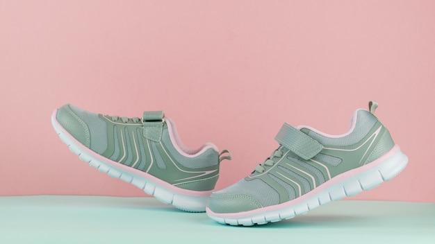 Trampki damskie różowo-szare chodzące na niebieskim tle. buty sportowe.
