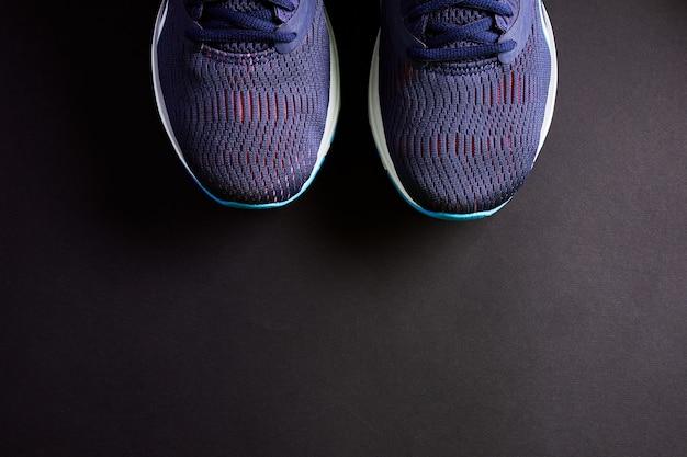 Trampki do uprawiania sportu, biegania i ćwiczeń fizycznych. buty treningowe z bliska. tekstura tenisówki. nowe niemarkowe sportowe buty do biegania lub trampki.