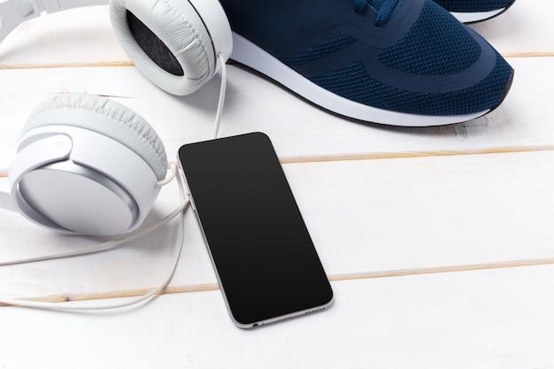 Trampki i telefon komórkowy ze słuchawkami