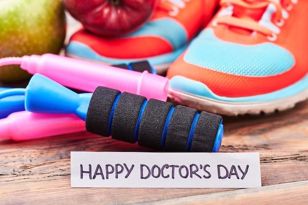 Trampki, skakanka i karta. życzę szczęśliwego dnia doktora.