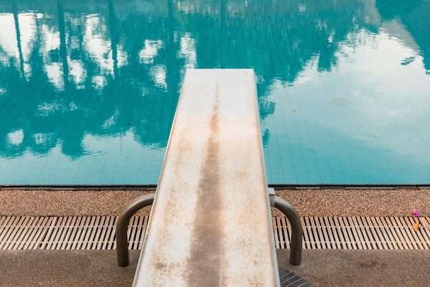 Trampolina do nurkowania w basenie