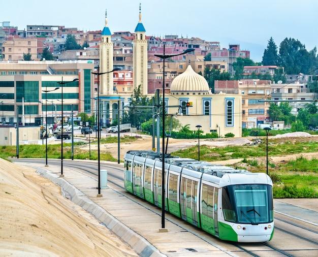 Tramwaj miejski i meczet w konstantynie - algieria, afryka północna