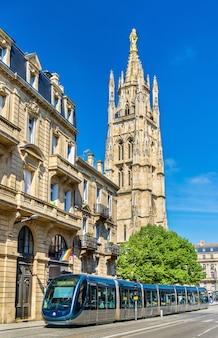 Tramwaj miejski przy katedrze saint andre w bordeaux we francji