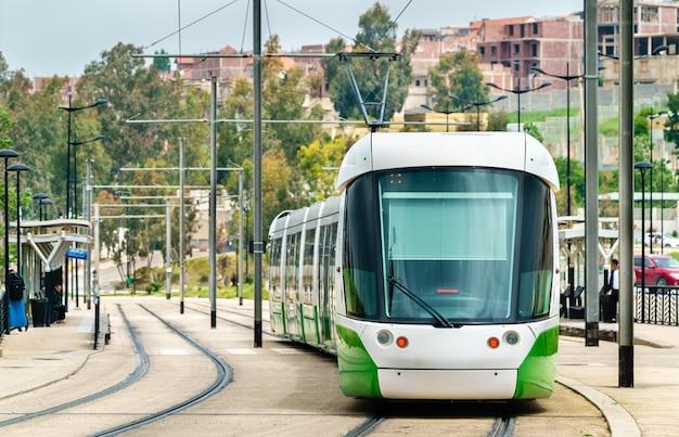 Tramwaj miejski w constantine - algieria, afryka północna