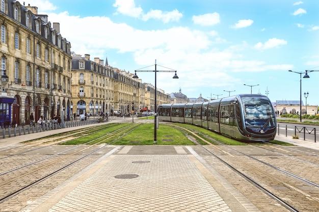 Tramwaj w centrum bordeaux we francji. godna uwagi jest sieć tramwajowa bordeaux
