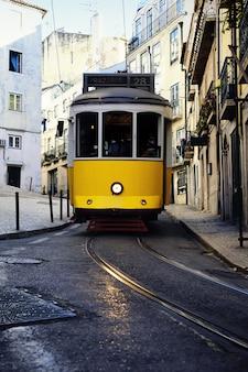 Tramwaj w lizbonie przy starej ulicy