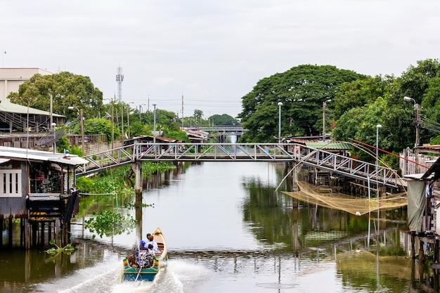 Transfer łodzią po kanale