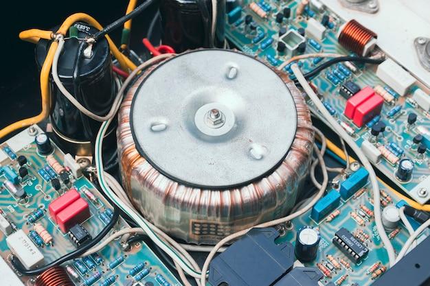 Transformator toroidalny w układzie elektrycznym do obniżania napięcia prądu przemiennego urządzenia elektrycznego;