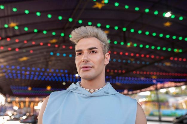 Transgender średniego strzału noszący naszyjnik