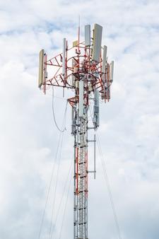 Transmisja telekomunikacyjna na wysokim biegunie i kablowym linii dla sygnału 5g 4g i internetu w okolicy.