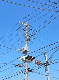 Transmisja wysokiej energii elektrycznej ze światłami drogowymi.