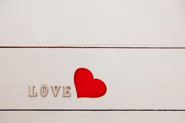 Transparent słowo miłość. miłość na drewnianych kostkach. motyw miłości. walentynki
