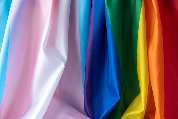 Transpłciowe i gejowskie flagi tęczowe, tkanina lgbt i flaga dumy transpłciowej jako tło