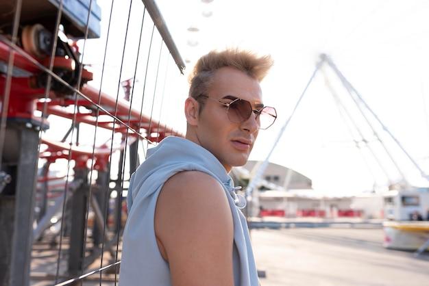 Transpłciowy mężczyzna z okularami przeciwsłonecznymi