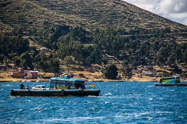 Transport autobusowy po jeziorze z cordillera real andes, boliwia