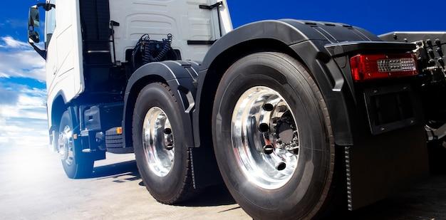 Transport ciężarowy, nowa półciężarówka z niebieskim niebem