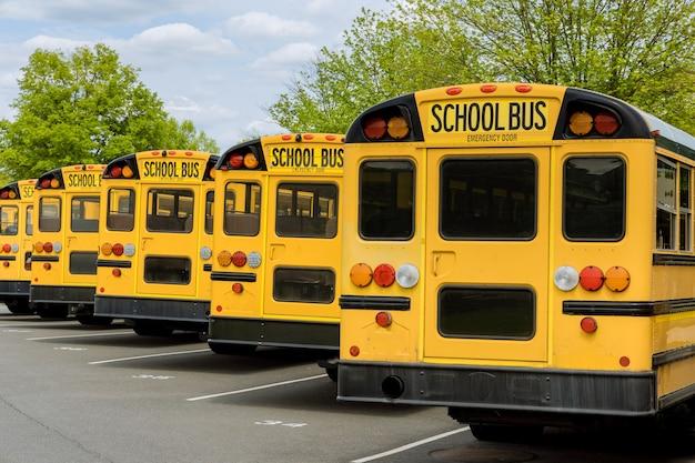 Transport dla uczniów, dzieci, edukacyjny żółty autobus szkolny na ulicy