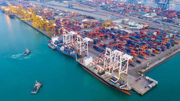 Transport dok i magazyn kontenerowy i transportowy załadunek i rozładunek kontenerów ładunkowych