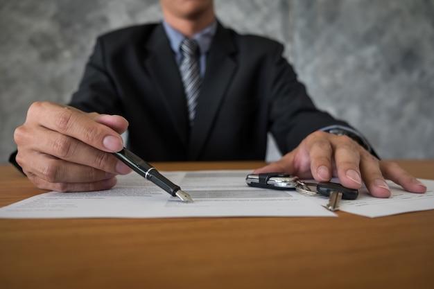 Transport i koncepcja własności - klient i sprzedawca z kluczem samochodowym