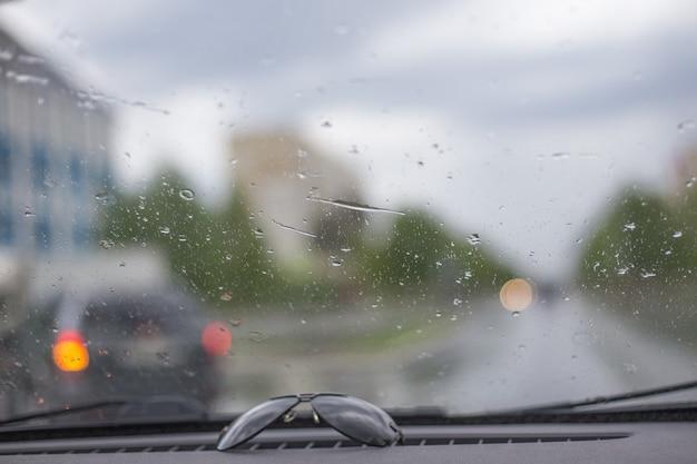 Transport jeździ po miejskiej drodze w deszczu