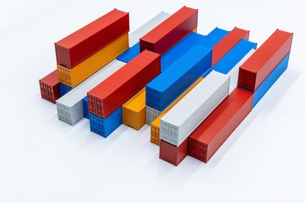 Transport ładunków kontenerów logistyki transportu towarowego izolowany na białym tle, stos kontenerów pole, statek towarowy dla globalnego biznesu import eksport logistyki i transportu.