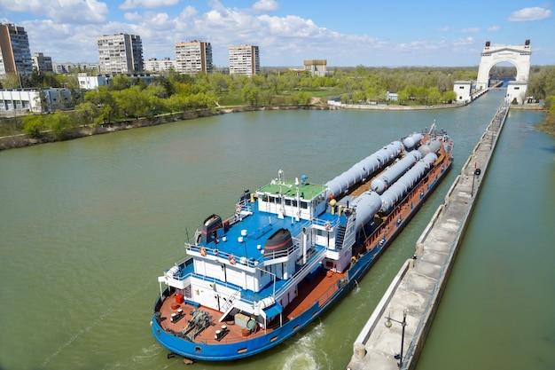 Transport ładunków transportem wodnym, wyposażenie technologiczne dla rafinerii ropy naftowej. volgo-don volgograd. rosja/