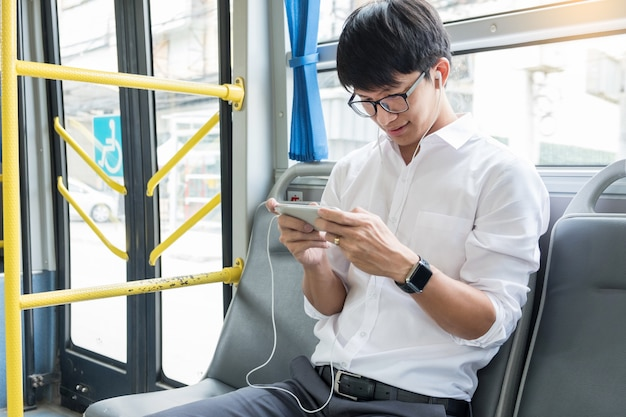 Transport pasażerów. ludzie w autobusie, słuchanie muzyki i granie w trakcie jazdy do domu.
