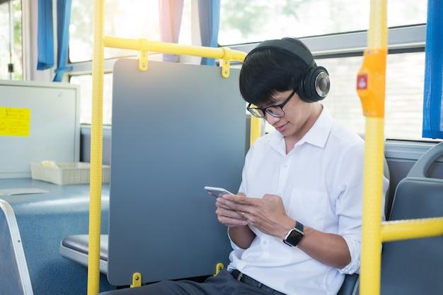 Transport pasażerów. ludzie w autobusie, słuchanie muzyki podczas jazdy do domu.